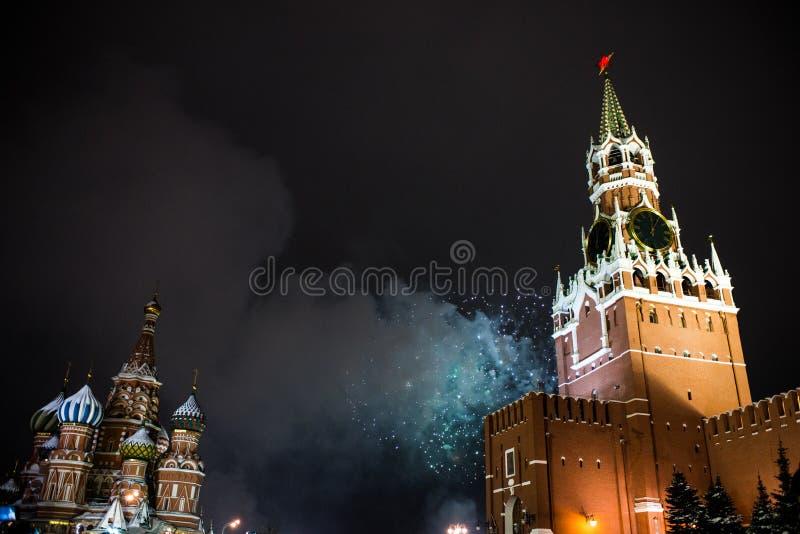 Honnör i heder av det nya året 2019 på den röda fyrkanten mot Kreml, Spasskaya torn arkivbilder