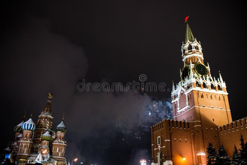 Honnör i heder av det nya året 2019 på den röda fyrkanten mot Kreml, Spasskaya torn arkivbild