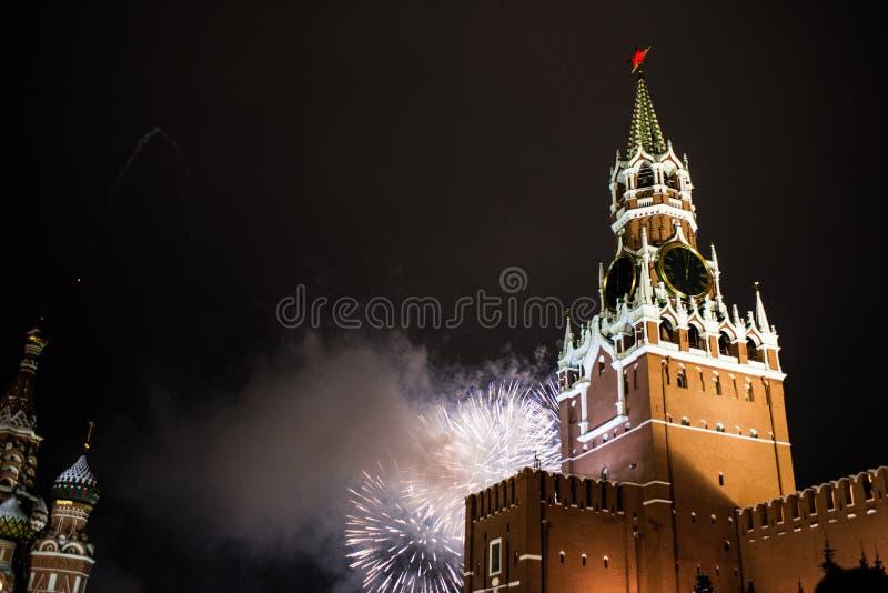 Honnör i heder av det nya året 2019 på den röda fyrkanten mot Kreml, Spasskaya torn arkivfoto