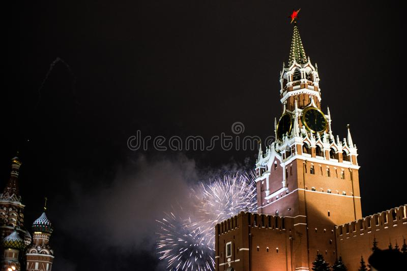 Honnör i heder av det nya året 2019 på den röda fyrkanten mot Kreml, Spasskaya torn royaltyfria bilder