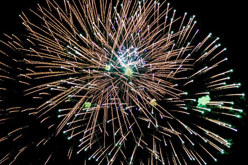 Honn?r fyrverkerier i natthimlen Pyrotechnic show på en ferie Explosion av många firecrackers royaltyfria bilder