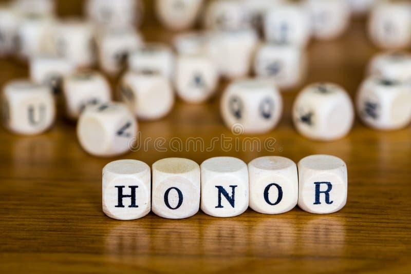 Honneur écrite avec cube en bois photos stock