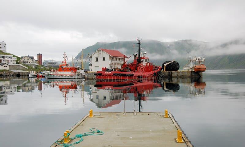 Honningsvag hamn - kulöra fiskebåtar med dimma arkivbild