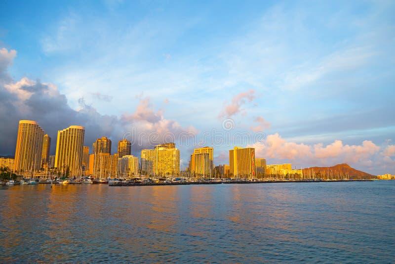 Honolulu cityscape i ottan för regnet, Hawaii, USA royaltyfri foto
