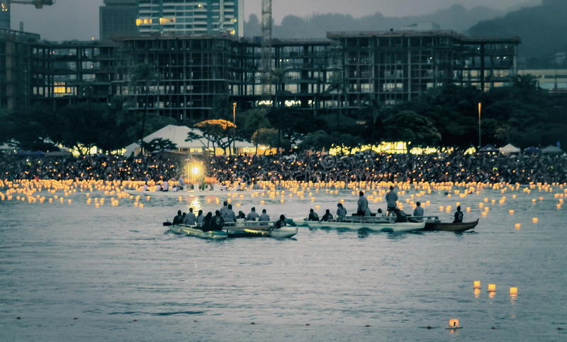 Honolulu, Havaí, EUA - 30 de maio de 2016: O festival de flutuação da lanterna de Memorial Day guardou na praia de Alá Moana para imagens de stock royalty free