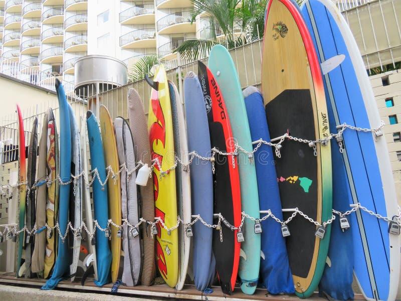 Honolulu, Hawa? -4/29/2018 - Surfplanken die op een steegmanier op Waikiki-Strand, Honolulu, Hawa? worden opgeslagen royalty-vrije stock foto