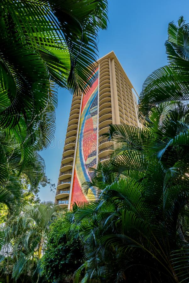 Honolulu, Hawai dicembre 13, 2018: Fronde della palma viste attraverso torre dell'arcobaleno dei €™s di Hilton Hawaiian Villageâ immagini stock