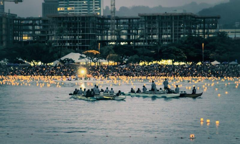 Honolulu, Hawai, U.S.A. - 30 maggio 2016: Il festival di galleggiamento della lanterna di Memorial Day ha tenuto alla spiaggia di immagini stock libere da diritti