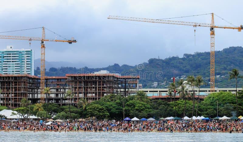Honolulu, Hawai, U.S.A. - 30 maggio 2016: Il festival di galleggiamento della lanterna di Memorial Day ha tenuto alla spiaggia di immagine stock