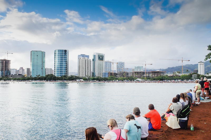 Honolulu, Hawai, U.S.A. - 30 maggio 2016: Il festival di galleggiamento della lanterna di Memorial Day ha tenuto alla spiaggia di fotografia stock
