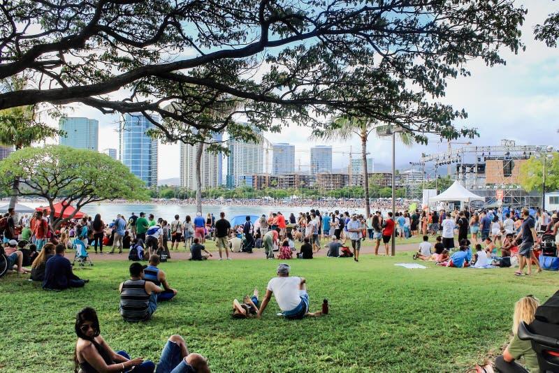 Honolulu, Hawai, U.S.A. - 30 maggio 2016: Il festival di galleggiamento della lanterna di Memorial Day ha tenuto alla spiaggia di fotografia stock libera da diritti