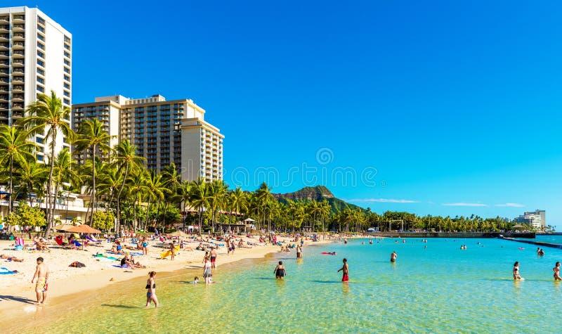 HONOLULU, HAWAII - 16 DE FEBRERO DE 2018: Vista de la playa arenosa de la ciudad Copie el espacio para el texto foto de archivo libre de regalías