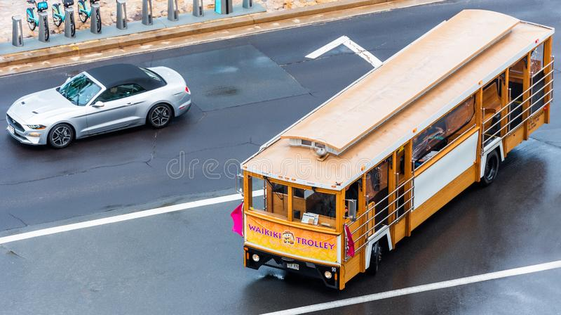 HONOLULU HAWAII - FEBRUARI 16, 2018: Sikt av den retro bussen för stad på en stadsgata Top beskådar arkivfoton
