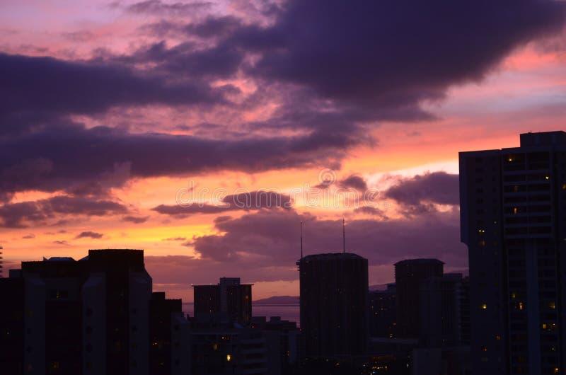 Honolulu, Hawaii, puesta del sol colorida del horizonte imágenes de archivo libres de regalías