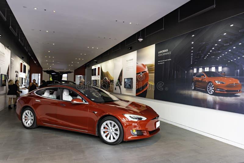 HONOLULU HAWAII USA - 2. APRIL 2019: Tesla Motors-Ausstellungsraum mit einem Tesla Model S im Vordergrund stockfotografie