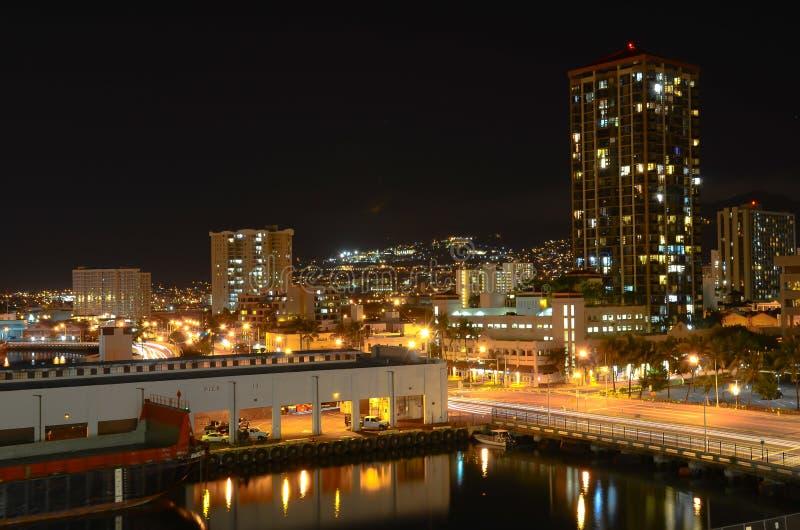 Honolulu na noite fotos de stock