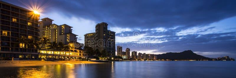 Honolulu på natten royaltyfria foton