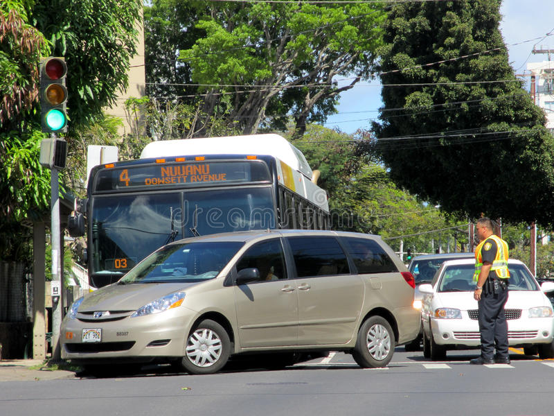 Honolulu-Stadt-Bus hat Unfall mit Mini Van stockfotografie