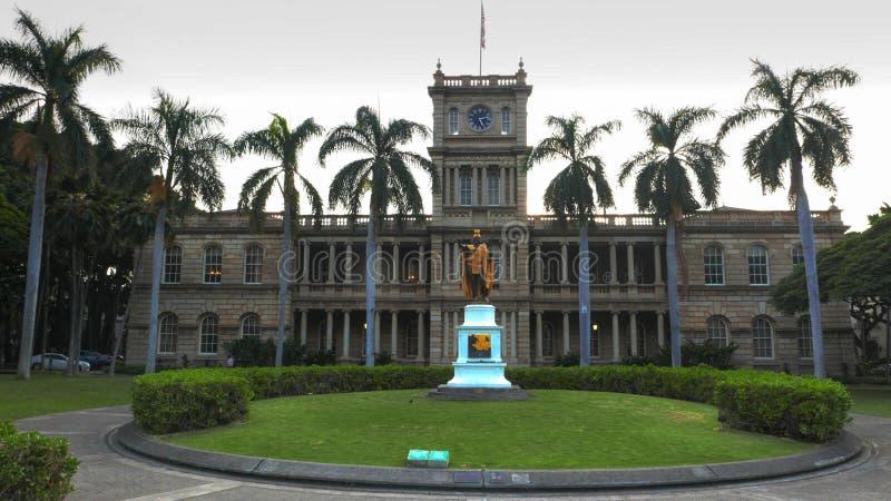 HONOLULU, STATI UNITI D'AMERICA - 15 GENNAIO 2015: costruzione sana di aliiolani a Honolulu e la statua di kamahameha di re fotografie stock libere da diritti