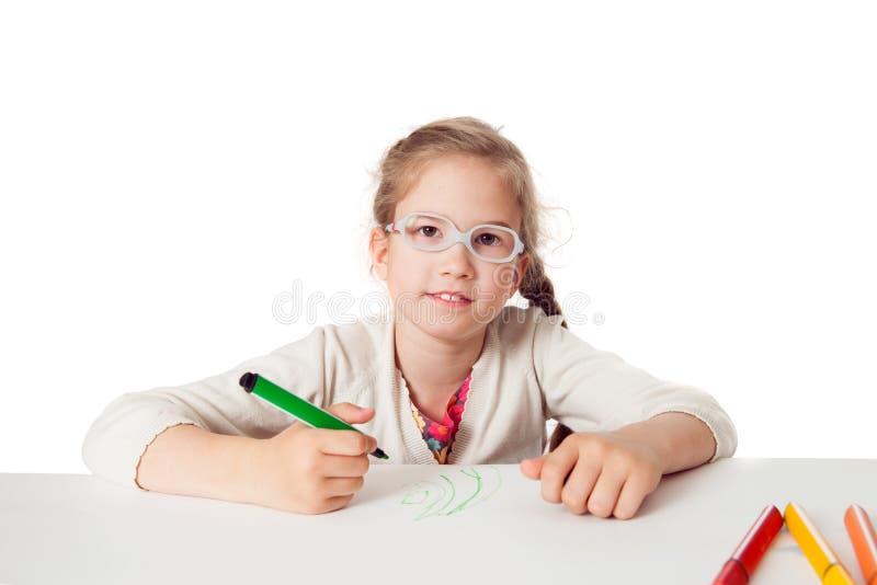 Honom lite skola-flicka med filtpennor royaltyfri bild