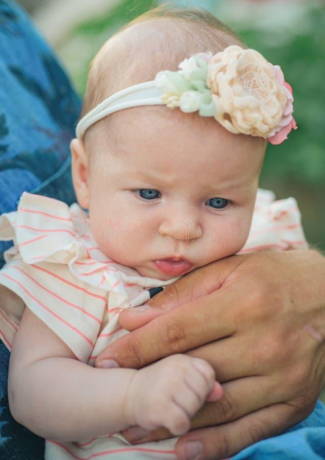 Honrar a padres el día de padres Poco engendra a la hija Niño adorable de la muchacha Poco Cutie Padres internacionales felices imágenes de archivo libres de regalías
