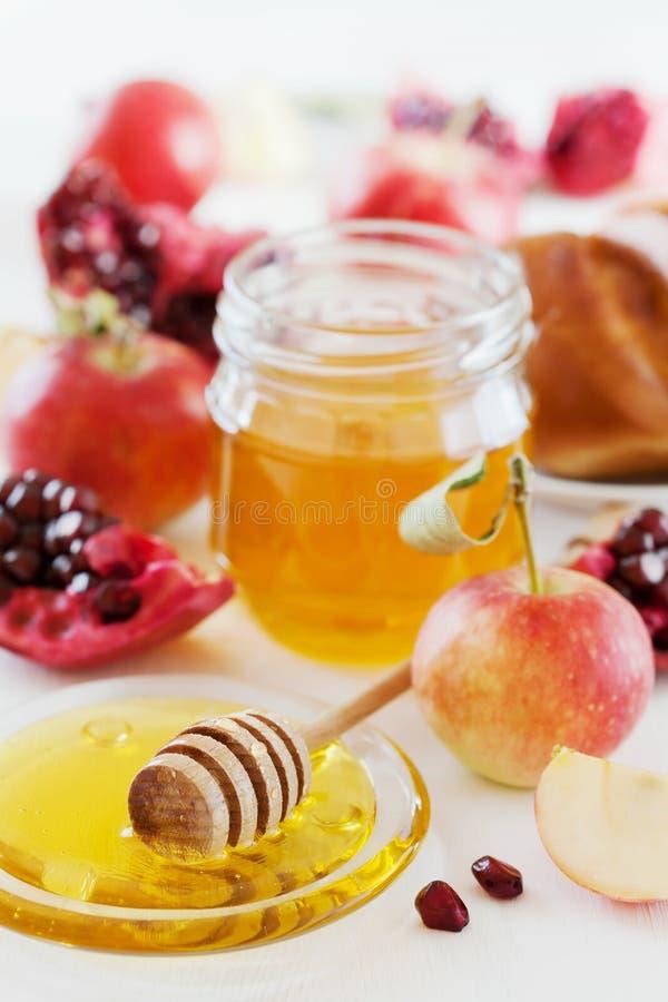 Honung-, äpple-, granatäpple- och brödhala, tabelluppsättning med traditionell mat för judisk ferie för nytt år, Rosh Hashana royaltyfri bild