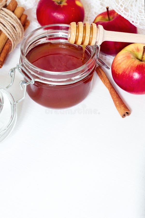 Honung, äpple och kanel på vit träbakgrund, med utrymme för text fotografering för bildbyråer