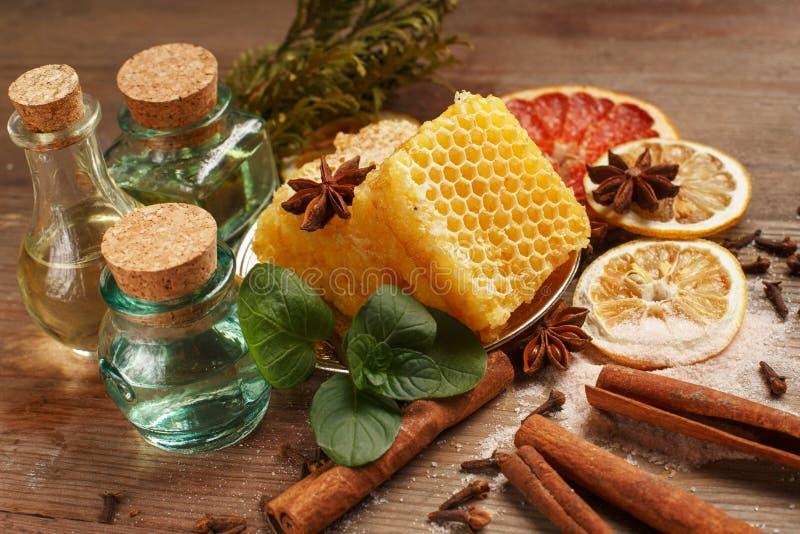 Honung, kanel och torkade frukter p? en tr?tabell ?ta som ?r sunt royaltyfri bild