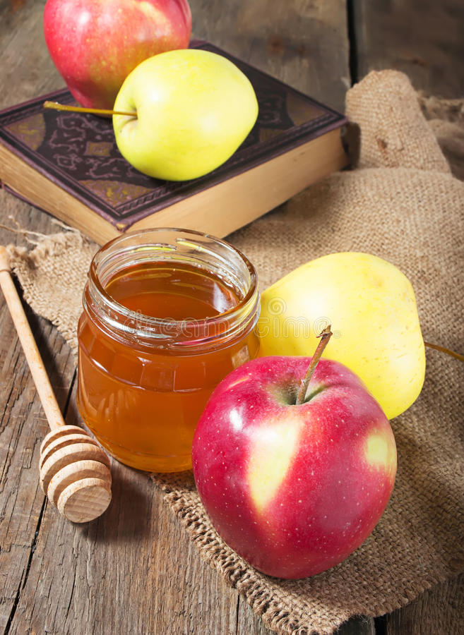 Honung med äpplet för Rosh Hashana arkivfoton