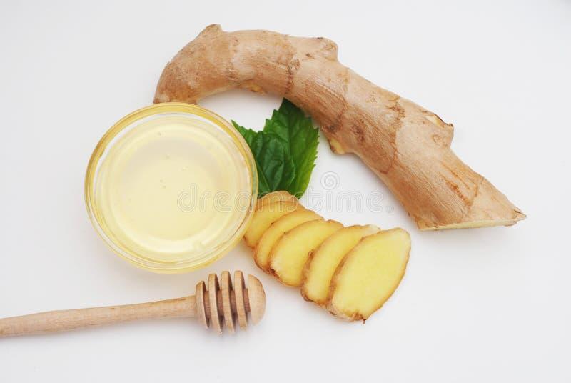 Honung med citronen och ingefäran som isoleras på en vit bakgrund sunda ingredienser för mat royaltyfria foton