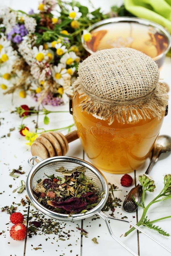 Honung och örtte arkivbild