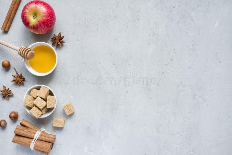 Honung och Apple, farin och anis med kanel på ett ljust bakgrundskopieringsutrymme för text royaltyfria bilder