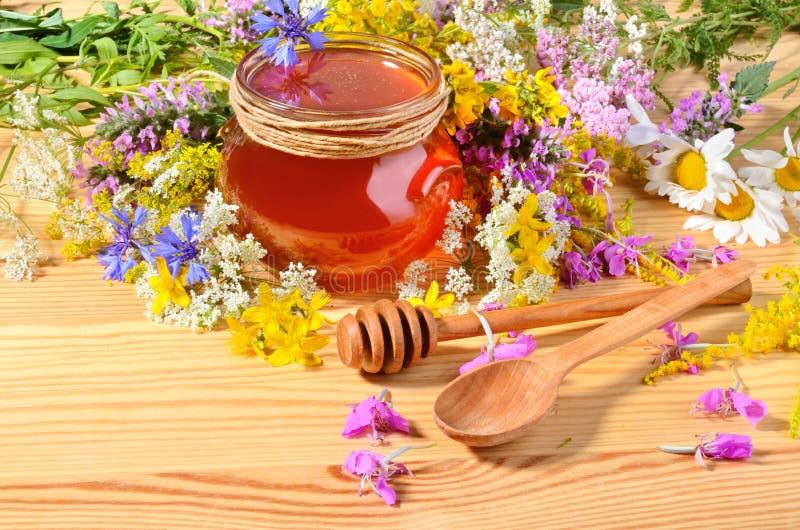 Honung på trätabellen royaltyfri bild