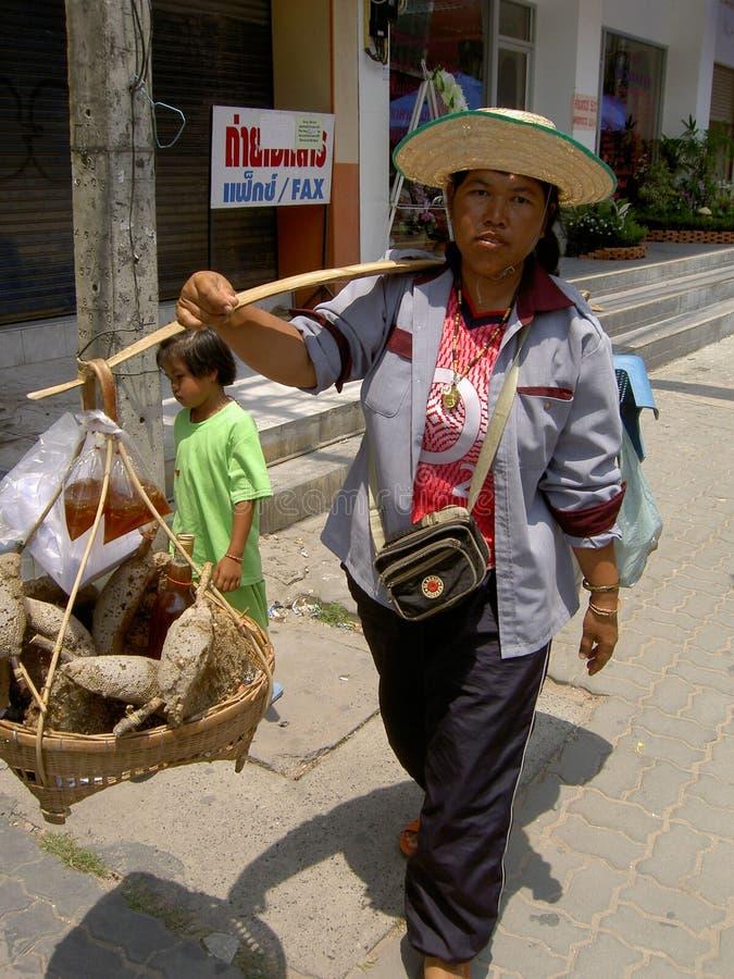 honung som sellling den thai kvinnan royaltyfri foto
