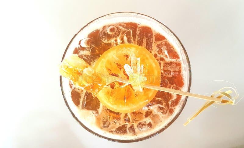 Honungcitrondrink som dekoreras med den söta citronen och bikupan arkivbilder