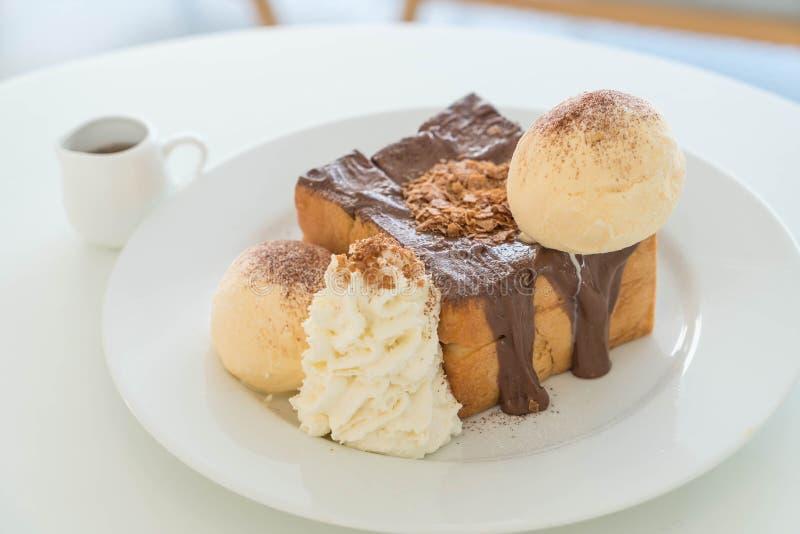 honungrostat bröd med vaniljglass och choklad royaltyfria bilder