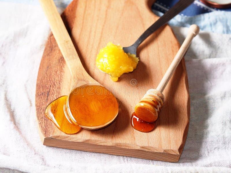Honungsortiment på träskärbräda royaltyfria bilder