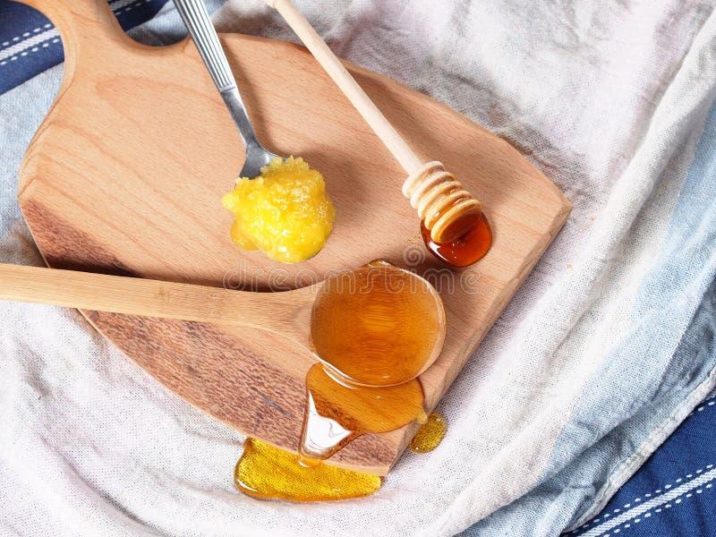 Honungsortiment på träskärbräda arkivbilder
