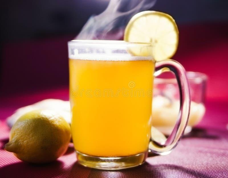 Honungte med en citron och en ingefära royaltyfria foton