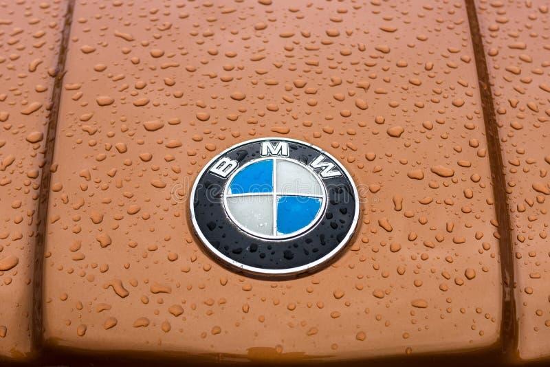 Капот эмблемы BMW в каплях дождя. Берлин-13 мая 2017 года: эмблема капота BMW в каплях дождя. Выставка