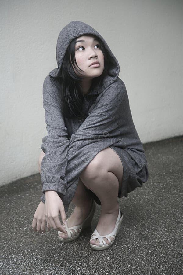hooded omslag för asiatisk flicka royaltyfri foto