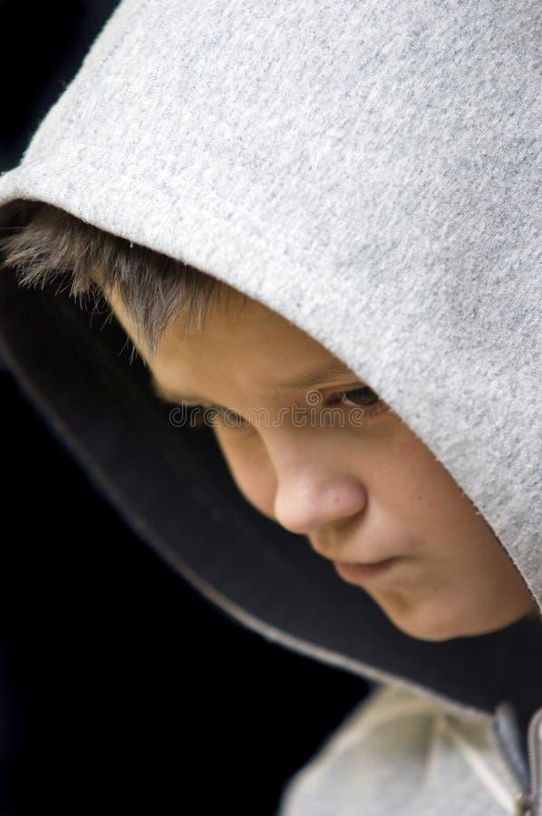 hooded tonårs- fundersamt för pojke fotografering för bildbyråer