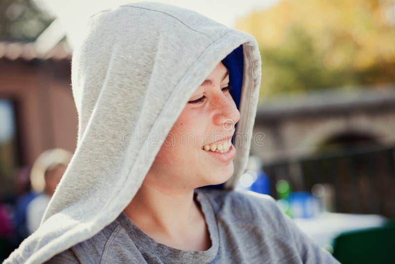 Hooden-Jugendlicher mit fünfzig Jahren lizenzfreies stockbild