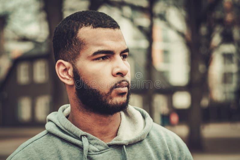 Hoodie Афро-американского человека нося outdoors стоковые изображения rf