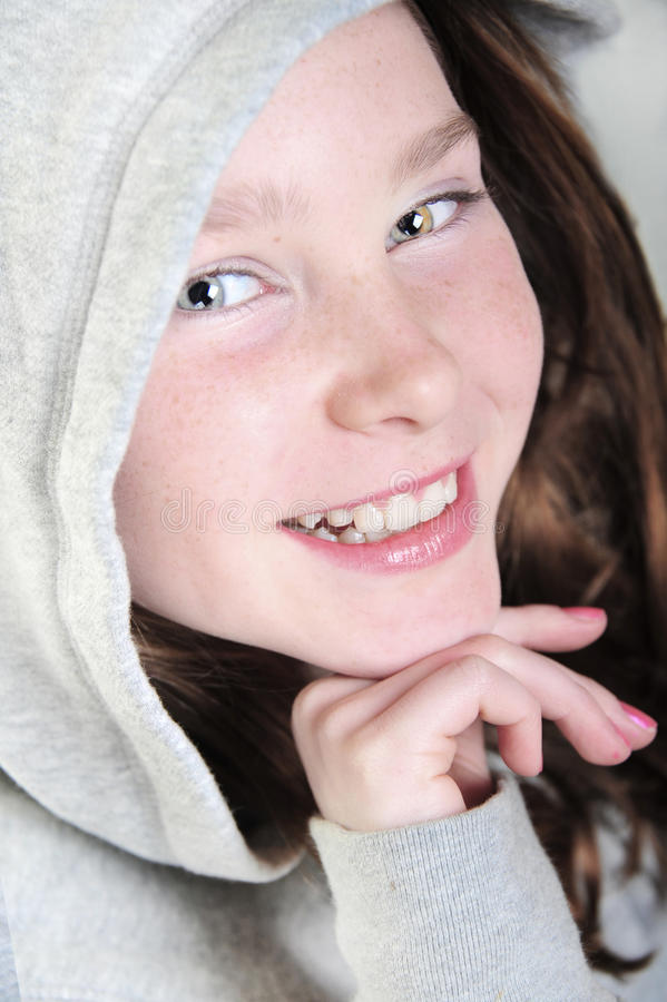 hoodie девушки счастливый стоковая фотография