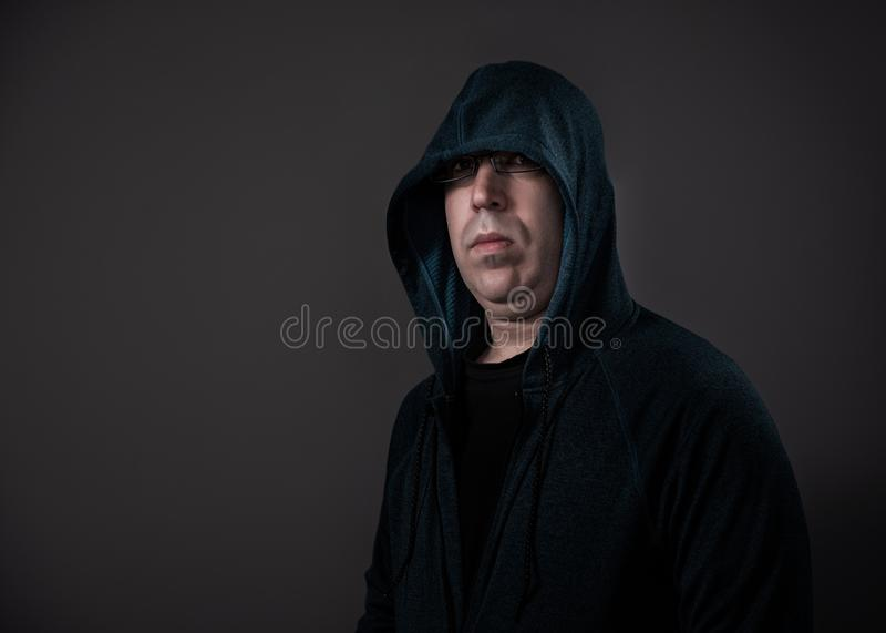 Hoodie de port d'homme tiré avec l'éclairage dramatique photos libres de droits