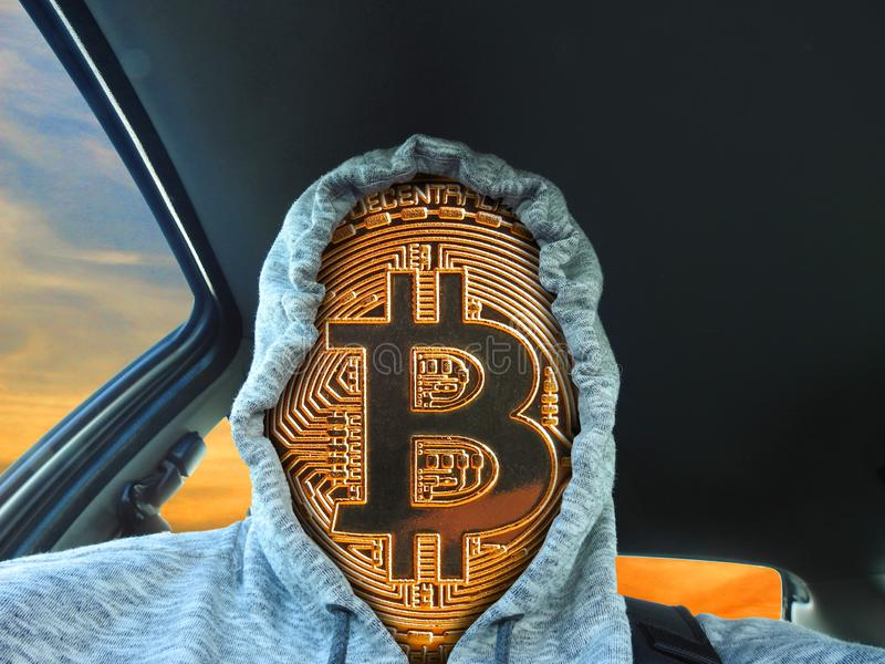 Hoodie vestindo da cara do cryptocurrency de Bitcoin foto de stock royalty free