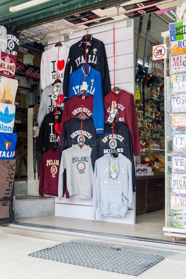 Hoodies с надписью милана на магазине сувениров стоковое фото rf