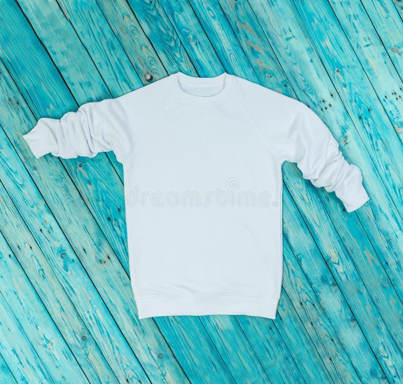 Hoody blanc sur le fond bleu image libre de droits