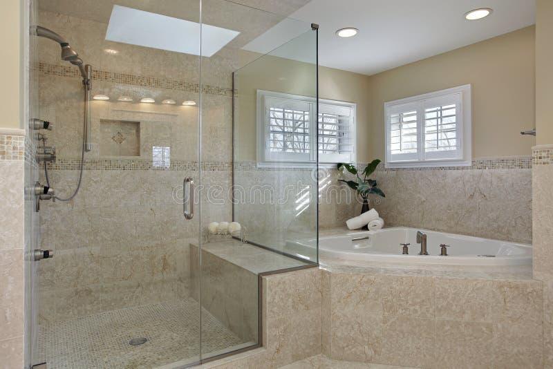 Hoofd bad met glasdouche stock afbeelding